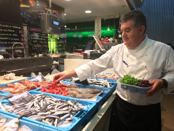 Private chef in a local market in Barcelona
